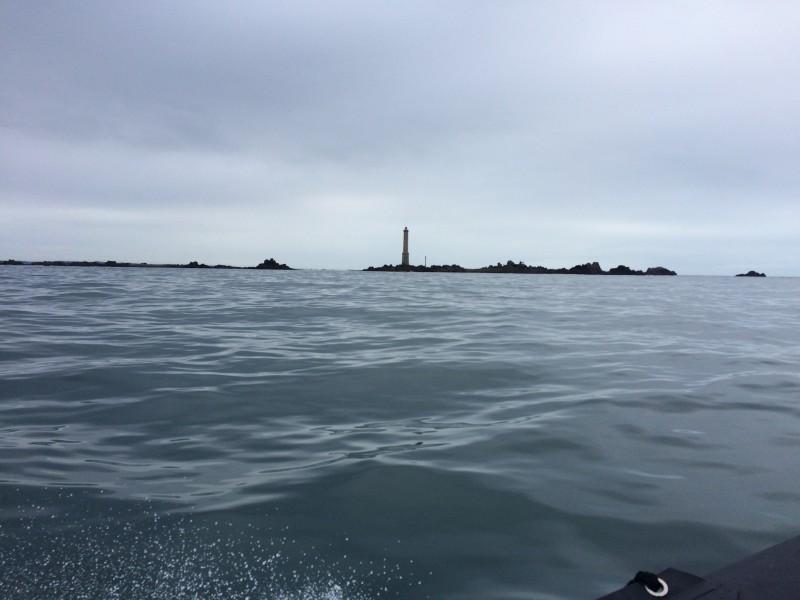 Passage devant le fameux phare des Héaux de Bréhat