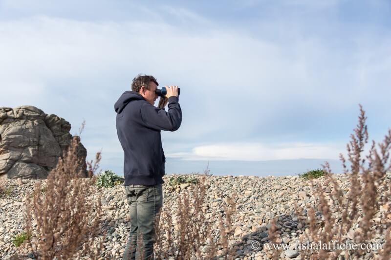 Gilles surveille aux jumelles les pêcheurs