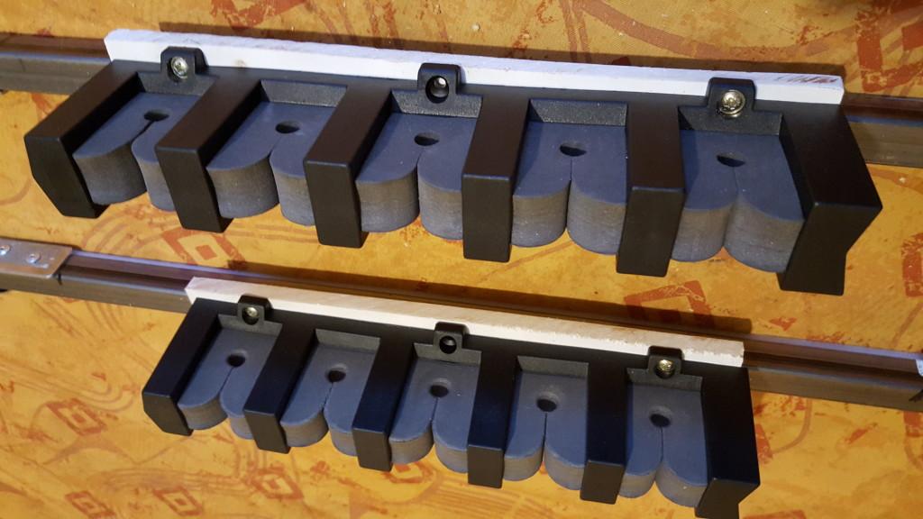 Les supports de cannes sont fixés sur des plaques de forex ou de contreplaqué