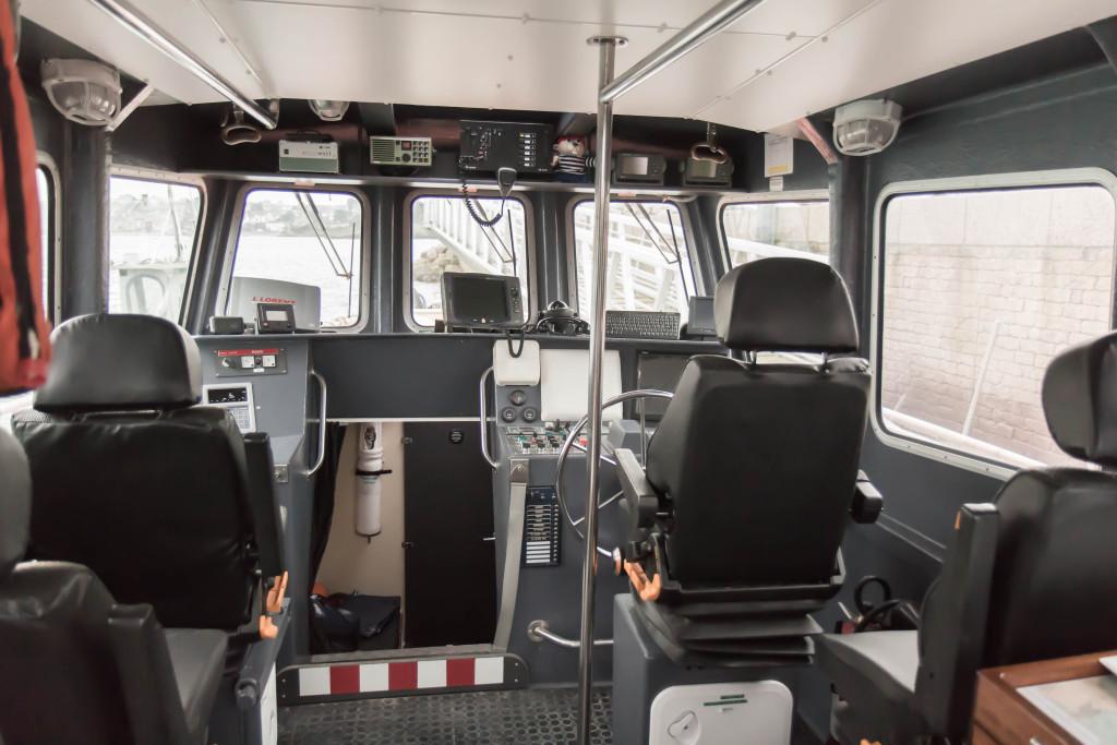 La cabine de pilotage, avec de nombreux instruments de navigation et de communication