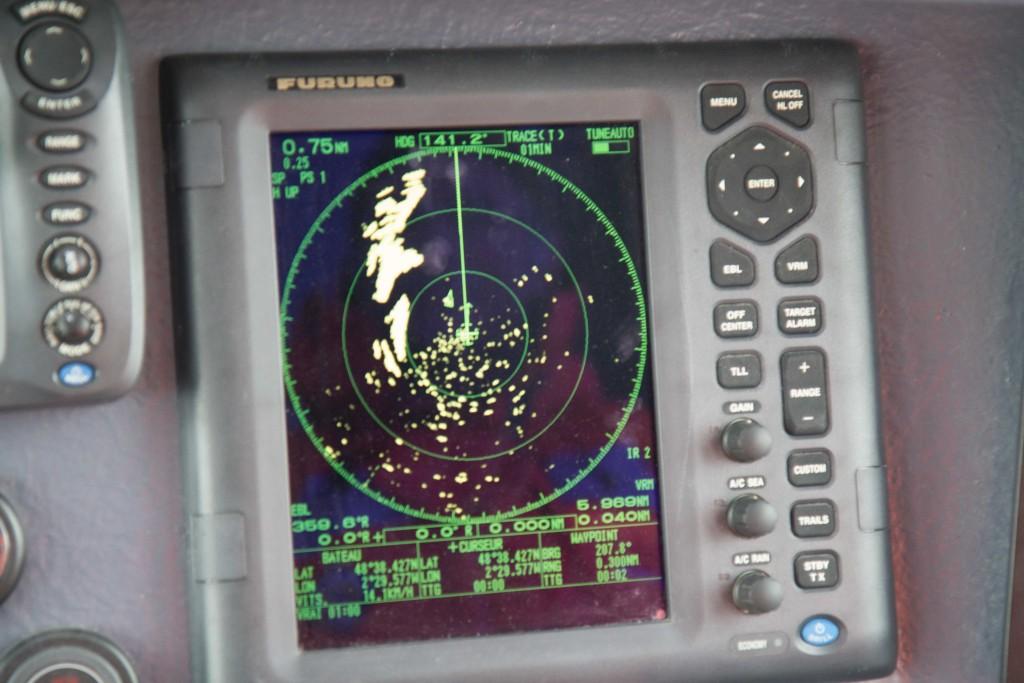 Le radar : le petit bateau vert (a droite de la ligne verticale) c'est le zodiac en exercice à 300 m de nous. La grosse tache jaune représente la côte et les petits points verts sont dûs aux interférence provoqués par la crête des vagues.