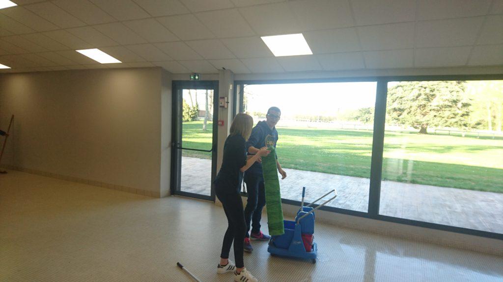 Gilles et sophie travaillent main dans la main pour nettoyer la salle !